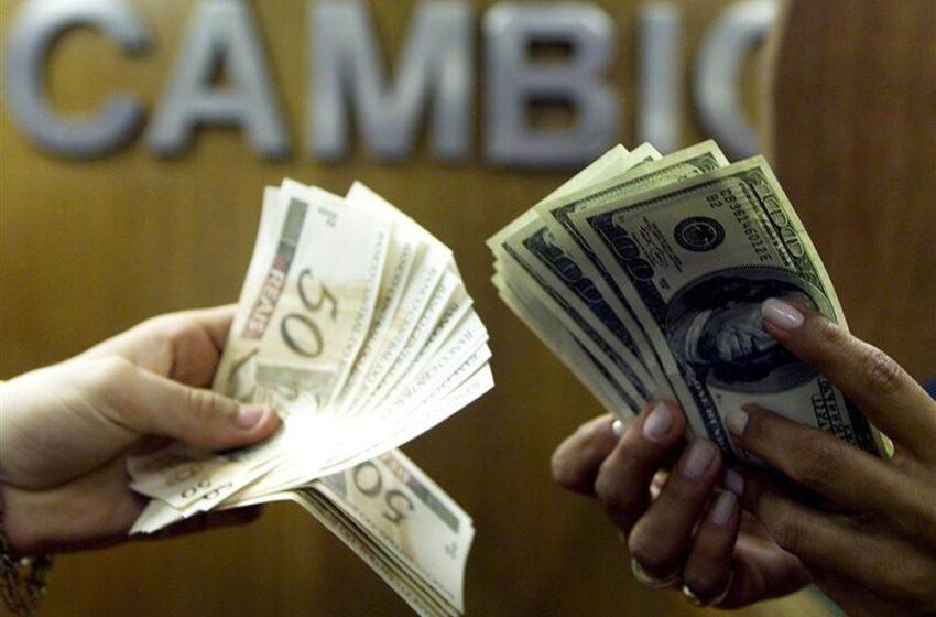 Dólar fecha em queda de olho na cena externa