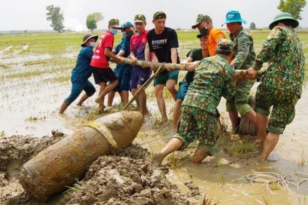 Uma bomba de 340 kg é removida de um campo de arroz na província de Binh Thuan, em 8 de abril de 2021